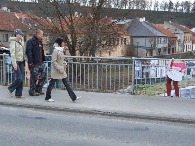 Šokující výstava na třebíčském mostě