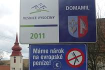 """Co znamenají přeškrtnuté hrábě? """"Je to symbol hrabivosti velkých hráčů z řad velkopodnikatelů, ministerstev a velkoměst, kteří teď velmi silně lobbují za své zájmy. U nich venkov ani regiony zastání bohužel nenajdou,"""" řekl Zdeněk Miklas ze SMS ČR."""