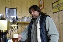 Majitel malého pivovaru Ivan Gajdoš vaří týdně až patnáct sudů zlatavého moku.