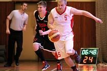 Třebíčští basketbalisté (ve bílém Michal Čermák) doma Znojmo jasně přehráli.