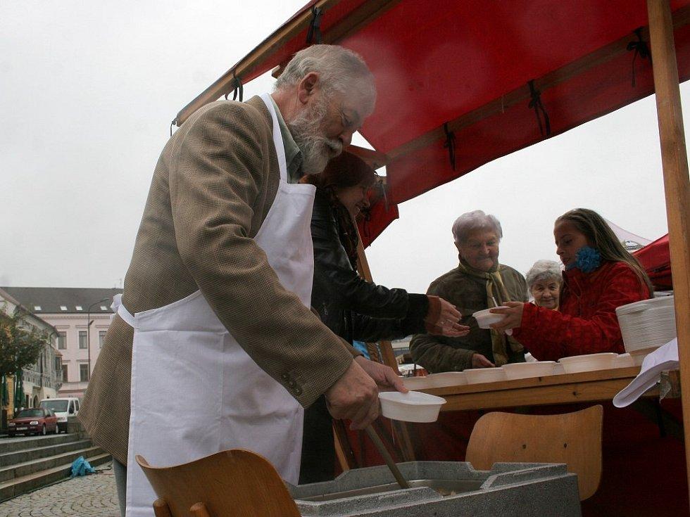 Bramborobraní propršelo, ale i tak se podávala bramborová polévka. Tu rozlévali radní a starosta.