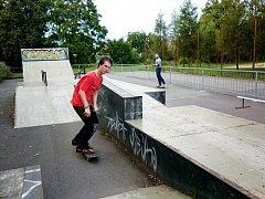 Skateboardista Jan Růžička se chystá předvést jeden z triků v moravskobudějovickém skateparku. Zároveň doufá, že se dočká nového povrchu, protože ten stávající už se rozpadá.