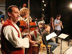 Hlavní pondělní program nabízel rozsáhlou suitu Beránci a vlci. Účastnilo se jí 25 muzikantů.
