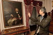 Kastelán zámku v Jaroměřicích nad Rokytnou Radim Petr ukazuje obraz Jana Adama Questenberga, hrajícího na loutnu. Obraz letos zamíří k restaurátorům a kastelán s napětím očekává výsledek.