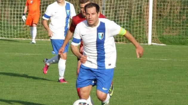 Jako pravý vůdce týmu se na podzim ukázal kapitán Nových Syrovic, který svůj tým dovedl nejen k vítězství v derby nad Třebelovicemi (na snímku), ale i k podzimnímu prvenství v okresním přeboru.