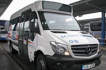 Mercedes Benz Sprinter má kapacitu třiadvacet míst a je v něm prostor pro rodiče s kočárkem i pro imobilní občany s invalidním vozíkem.