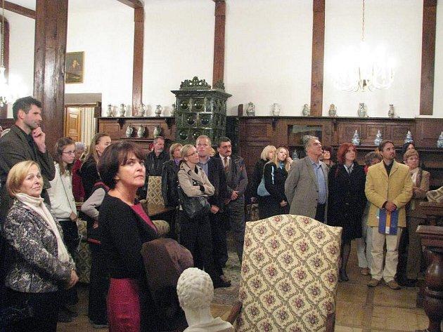 Návštěvníci náměšťského zámku si prohlížejí prostory, ve který pravděpodobně bývala soukromá opera Jindřicha Viléma Haugwitze.
