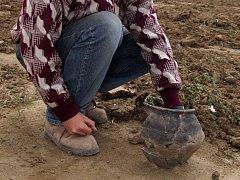 KOMPLETOVANÁ MISKA. Střepy keramické nádoby z římského období se dochovaly v takovém stavu, že se z nich dal složit původní tvar.
