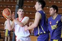 Třebíčští basketbalisté (v bílém) nejdříve porazili Šlapanice B, aby v následujícím kole Oblastního přeboru porazili i dosavadního lídra Žabovřesky a protáhli tak šňůru vyhraných zápasů na devět.