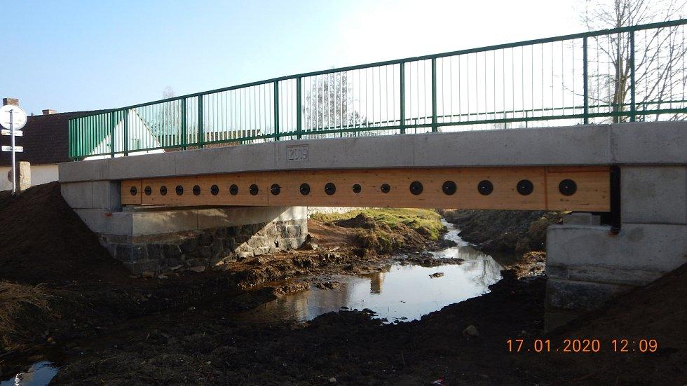 Tento most postavili nedávno v Bohunicích na Prachaticku. Projekt zastřešil Roman Fojtík z Vysoké školy báňské Ostrava. Foto: