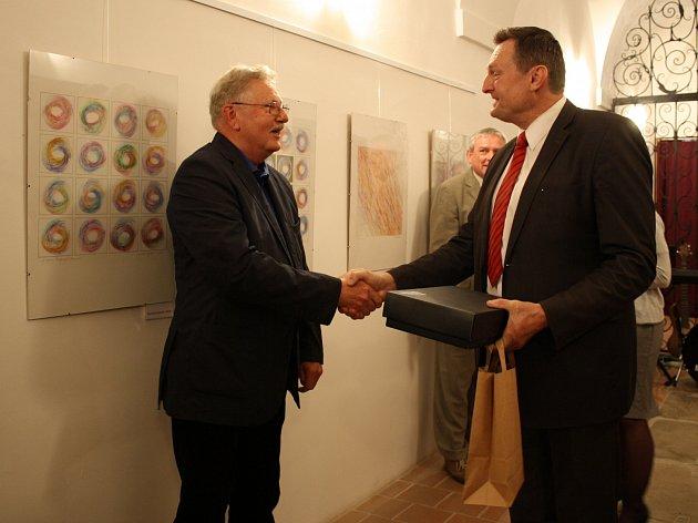 Vernisáž výstavy Zdeňka Šplíchala, otevřené ve výstavních prostorách Špitálu v Jaroměřicích nad Rokytnou.