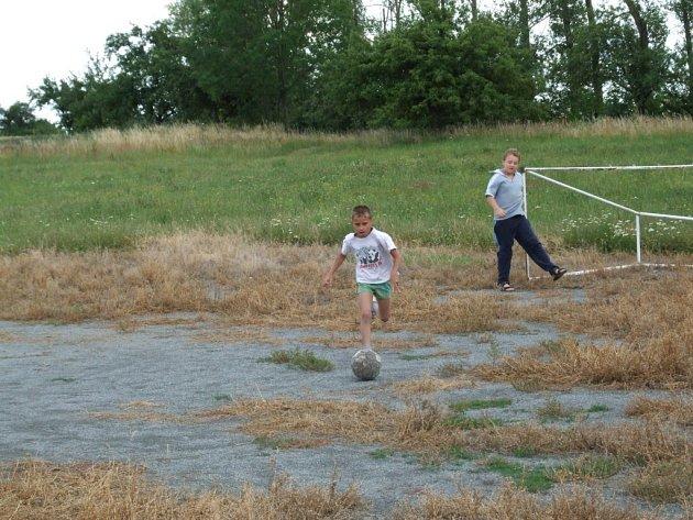 Obec Sedlec, která na pozemku chtěla postavit víceúčelové hřiště, musí vykoupit jinou, bohužel soukromou parcelu.