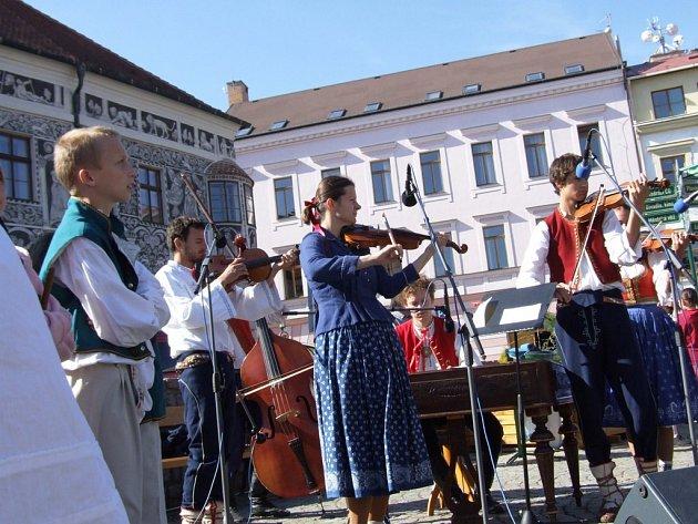 Na Karlově náměstí v Třebíči se po celý den konají 10. folklorní slavnosti.