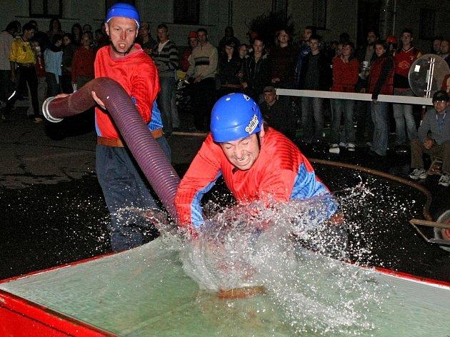 Druhý ročník Noční hasičské soutěže v Jakubově se evidentně vydařil. Přijelo 24 družstev mužů a sedm družstev žen.