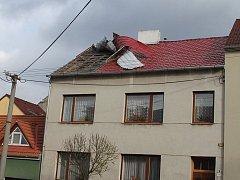 Vichřice v neděli poškodila dům v třebíčské ulici Sv. Čecha.