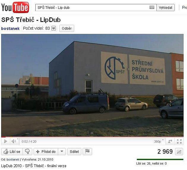První a zatím poslední český LipDup na internetu ukazuje záběry na obří prostory školy, jimiž kamera projíždí asnímá v nich různé skotačící a zpívající kostýmované skupinky studentů.