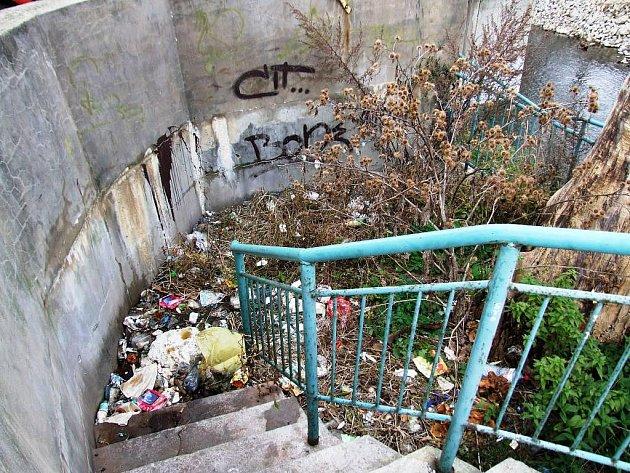 Zda je toto zátiší u parkoviště Billy v ulici Smila Osovského dílem bezdomovců, nočních opilců nebo motoristů, kteří využívají parkoviště supermarketu, se lze jen dohadovat. Každopádně na kráse centra Třebíče nepřidává.