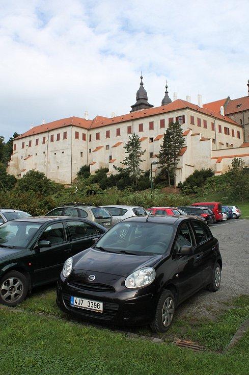 Parkoviště na Podzámecké nivě bude od listopadu z poloviny vyhrazené pro majitele parkovacích karet z Židovského města. Budou tam parkovat zdarma.