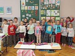Na fotografii jsou prvňáčci ze ZŠ v Budišově, třída paní učitelky Věry Křečkové.