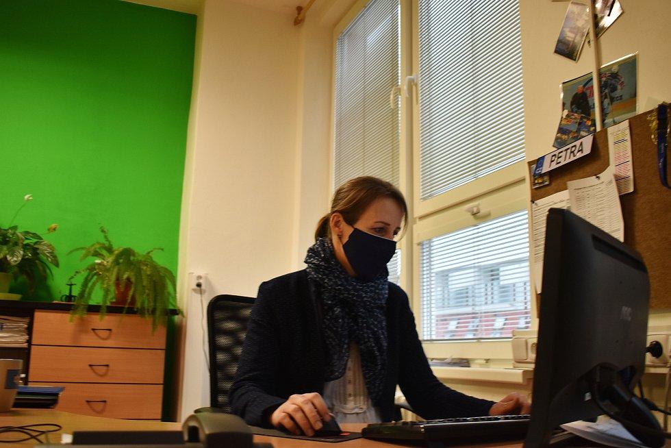 Distanční výuka zde funguje. Na dálku učí i zástupkyně ředitele Petra Hrbáčková.