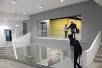 Rekonstrukce bývalého Kina Moravia finišuje. Podařilo se zachovat původní schodiště, jehož stupně jsou přeleštěné. Prostor ozvláštňují pastelové barvy stěn.