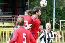 Do poslední chvíle se nevědělo, jestli žďárský kapitán Daniel Bratršovský (v pruhovaném) kvůli zranění paty do utkání v Třebíči vůbec zasáhne. Nakonec se objevil v základní sestavě, odehrál celé utkání, a mohl se tak radovat z vítězství 2:1.