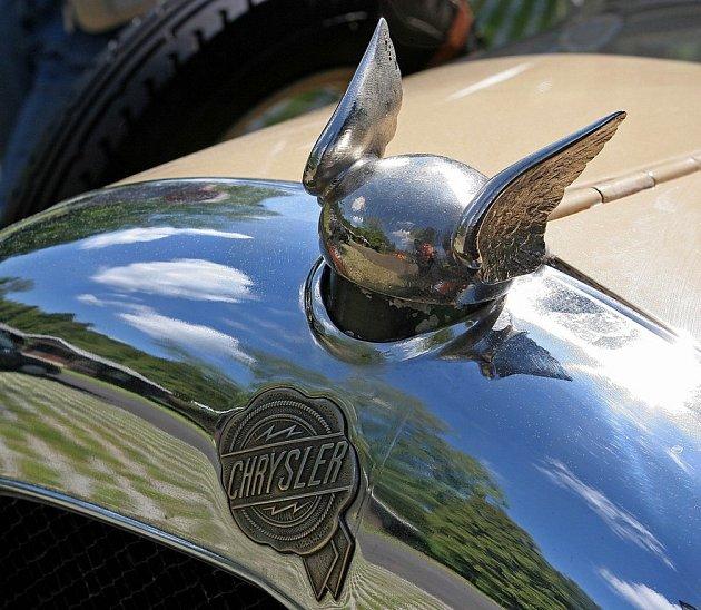 Majitelé nablýskaných automobilů značek Chrysler, Jeep, Plymouth, Dodge a Eagle se o víkendu sešli v třebíčském kempu Poušov.