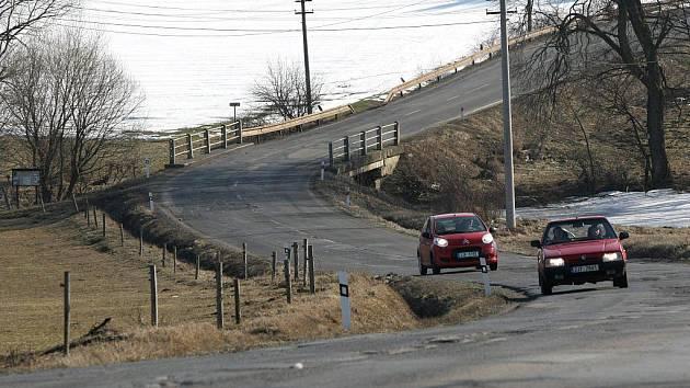 Do děravé pasti se dostávají řidiči, kteří jedou přes Pocoucov. Frekventovaná silnice je plná výtluků, kterým se nedá vyhnout. Nejhorší je přijet sem v noci. Šofér má jistotu, že děrami neprokličkuje.