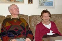 MANŽELÉ OŠMEROVI. Tento manželský pár už spolu kráčí životem od roku 1951, tedy pozoruhodných 60 let.