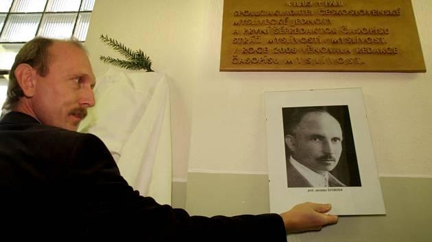 Profesor Jaroslav Svoboda má v prostorách třebíčského gymnázia pamětní desku.