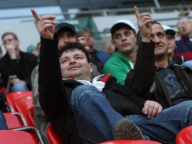 Velké pocty se dostalo fotbalistům Blatnice při návštěvě stadionu v pražském Edenu, kde domácí zápasy hrají Bohemians 1905. Fotografie byla uveřejněna při ligovém utkání.