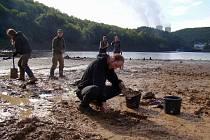 Na dně částečně vypuštěné mohelenské přehrady v těchto dnech bádá desetičlenná skupina brněnských archeologů a studentů tohoto vědního oboru.