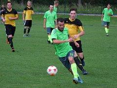 Marné dobývání branky Moravce předvedli v domácím zápase 24. kola I. A třídy fotbalisté Náměště-Vícenic (v zeleném), kteří outsiderovi podlehli vysoko 0:4.