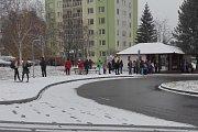 Na zastávkách se hromadili lidé čekající na zpožděné autobusy.