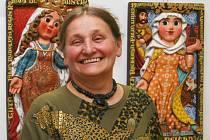 Jarmila Haldová se svými obrazy.