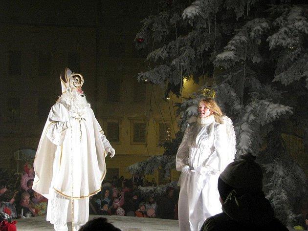 Tak jako každý rok i letos se v předvečer svátku svatého Mikuláše krom rozdávání nadílky rovněž rozsvěcel vánoční strom na Karlově náměstí v Třebíči.