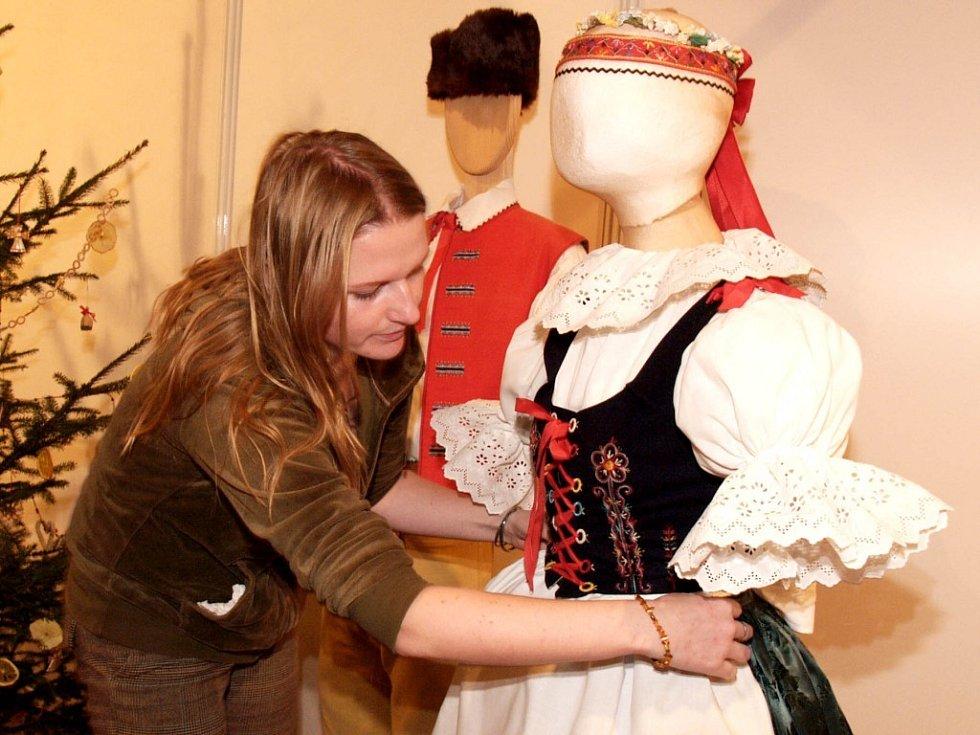 V zámecké Konírně je pro návštěvníky připravena expozice lidových krojů z Podhorácka a Horácka.