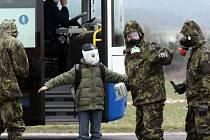 U Kožichovic probíhala dekontaminace lidí i strojů.