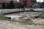 Přívaly vody a bahna z polí zaplavily Slavětice. V nové požární nádrži na návsi je teď místo dvou metrů vody dva metry bláta.