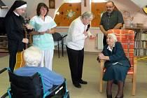 Paní Ludmila Pavlová slavila své 103. narozeniny. Mezi gratulanty tradičně nechyběli představitelé a obyvatelé Domu sv. Antonína.