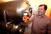 Jihlavský pivovar Ježek zavedl novinku. V restauraci u Boba v Třebíči nainstaloval tank a přímo z něj nepasterizované pivo, které bodne, čepují. Tento způsob podávání má zaručit kvalitu zlatavého moku.