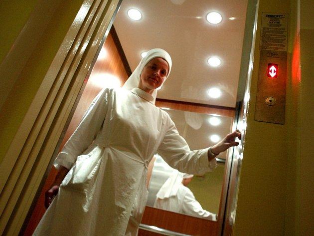 Zbrusu nový výtah ukazuje sestra Elekta, představená a asistentka ředitele Domu svatého Antonína. Spolu s třemi novými pokoji bylo vše pořízeno z darů a nadací.