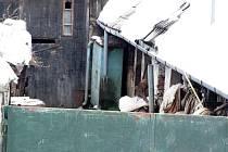 Dvorek sousedů Dany Mourkové, jak je do něj vidět z náspu na ulici v Pozďátkách.