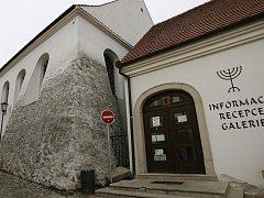 Značky působí v židovské čtvrti rušivě. Radnice je chce zmenšit.