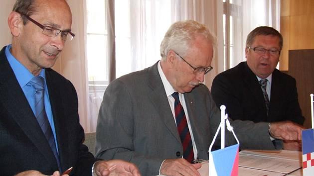 Podpis smlouvy v Jemnici