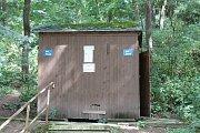 Veřejné tábořiště Fiola pod Mohelnem má své štamgasty. Na záchod se chodí do kadibudky.