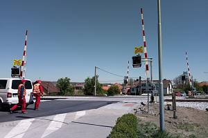 Zrekonstruovaný železniční přejezd v Okříškách.