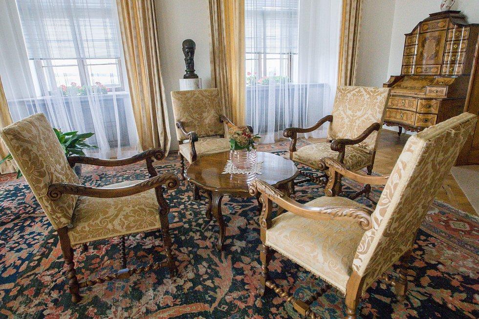 Zámek v Náměšti nad Oslavou si prezident Edvard Beneš vybral za své letní sídlo. Návštěvníci dodnes mohou procházet jeho pracovnou a reprezentačními prostorami. Jiné místnosti, které kvůli pobytu prezidenta na zámku v létech 1946 a 1947 vznikly, přístupné