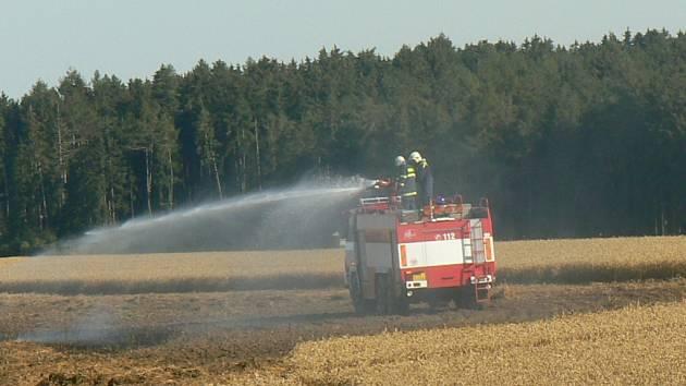 Celkem sedm hasičských jednotek se v pondělí sjelo na pole u Vranína na Třebíčsku k požáru pšeničného pole.