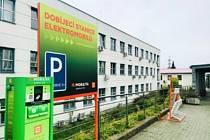 U dukovanské elektrárny zastavují elektromobily, protože jsou tam celkem tři dobíjecí stanice, z nich jedna je rychlodobíjecí.